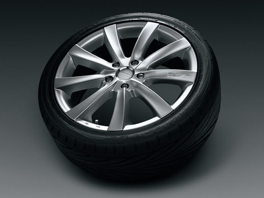 「18インチアルミホイール&タイヤセット」。ウェッズ ZEA StyleFN(カラー:ハイパーシルバー)にトーヨータイヤ プロクセスT1Rを組み合わせたもの。1台分で25万2000円