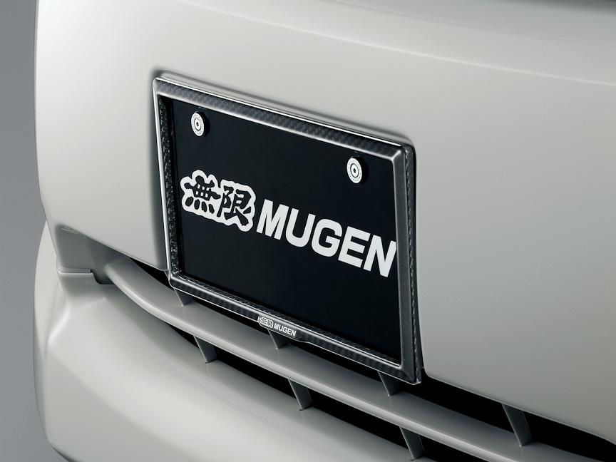 ドライカーボンを使ったカーボンナンバープレートガーニッシュは、UVカットクリアコート仕上げで色あせを防ぐ。価格は1万290円で、自光式ナンバープレートには非対応