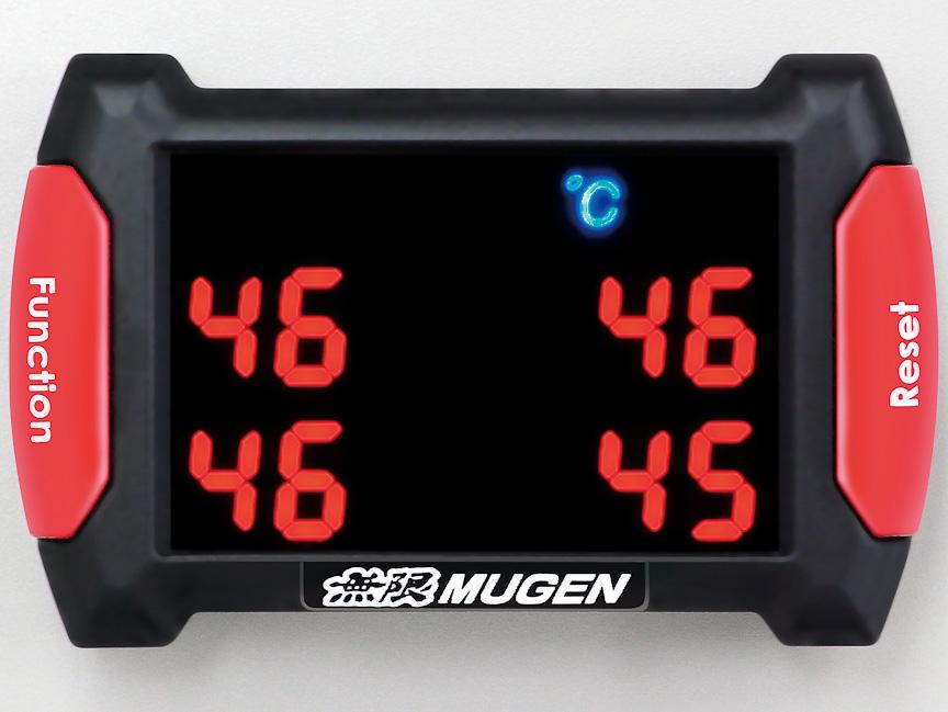 リアルタイムでタイヤの空気圧(写真左)と温度(写真右)がチェックできるi-TCMS。標準アルミホイール用が7万6650円、NR用とXJ用が8万1900円