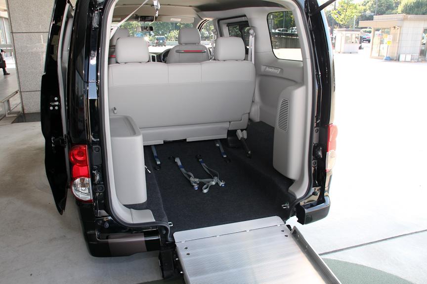 NV200バネット タクシーはスロープを標準装備しているので、車いすに乗ったまま乗車することができる。右の写真の2列目シートは通常位置