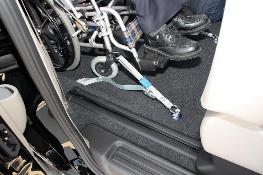 車いすの固定は前後計4本の紐で固定する。車いすに引っかけるフックは、車いすが利用者によって異なるため、汎用性の高いサイズのものを使う