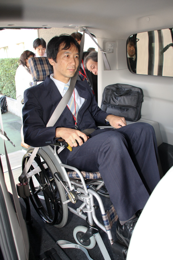 シートベルトは、本来腰部のみの2点式で問題ないそうだが、より安全性を考慮して3点式としている。撮影に協力頂いたのは交通安全環境研究所 交通システム研究領域 主席研究員の大野寛之氏