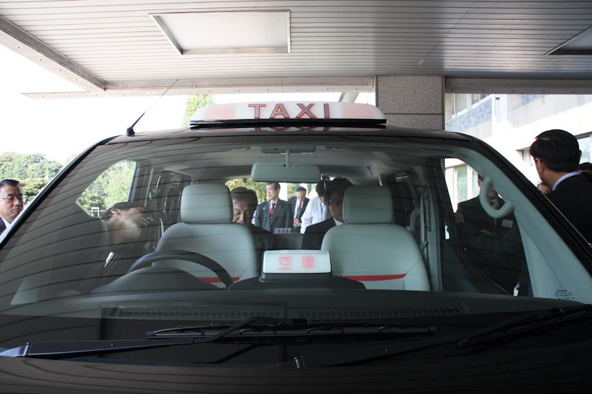 タクシー表示灯や空車表示メーター、シートなど、随所にオレンジ色が使われる。デザイン性も考慮したと言う