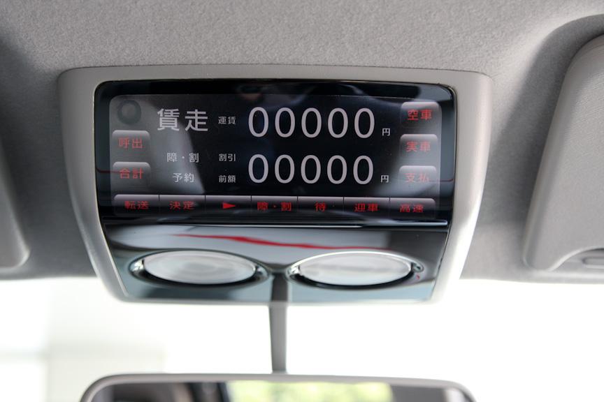 日産が提案するタクシーメーター。ルームミラーの上についている