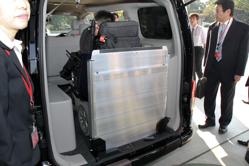 当日は、実際に普段から電動車いすを利用されている方がNV200バネット タクシーに試乗する場面も