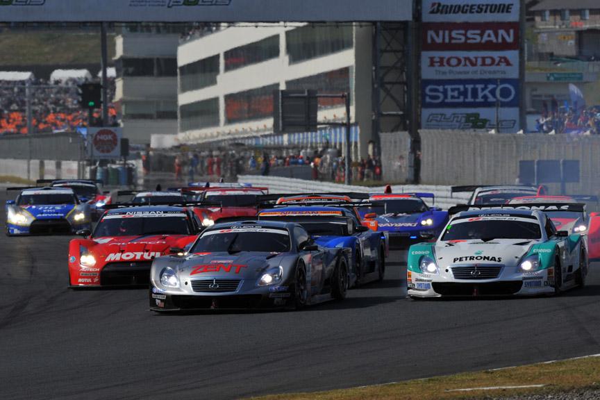 スタート直後の1コーナー。予選4位のPETRONAS TOM'S SC430(アンドレ・ロッテラー)がアウトから各マシンを抜き、2位に浮上した