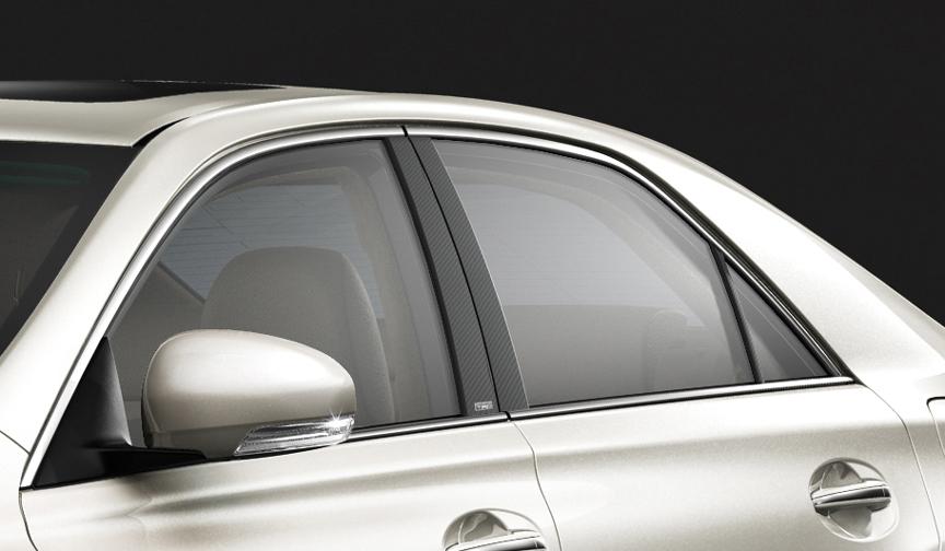 「カーボンピラーガーニッシュセット」。カーボンファイバー素材をベースに特許技術による0.4mmの極薄仕様を使用する。TRDのロゴ入りで、全車に適合。10月末発売予定で2万3100円