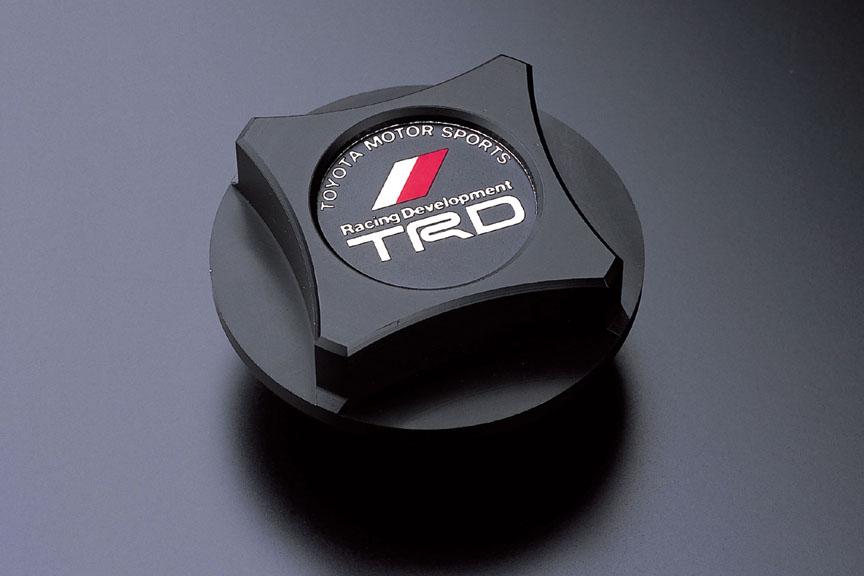 「樹脂製オイルフィラーキャップ」。角部4カ所にはモータースポーツでの使用を想定してスプリングロック用の穴を設置する。スプリングロックにより、緩みや脱落を防止できる。全車に適合。6825円
