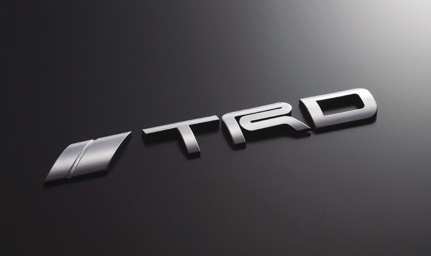「TRDエンブレム(ロゴタイプ)」。材質にABS樹脂を使用し、クロームメッキ仕上げ。サイズは171×24mm(幅×高さ)。1万500円