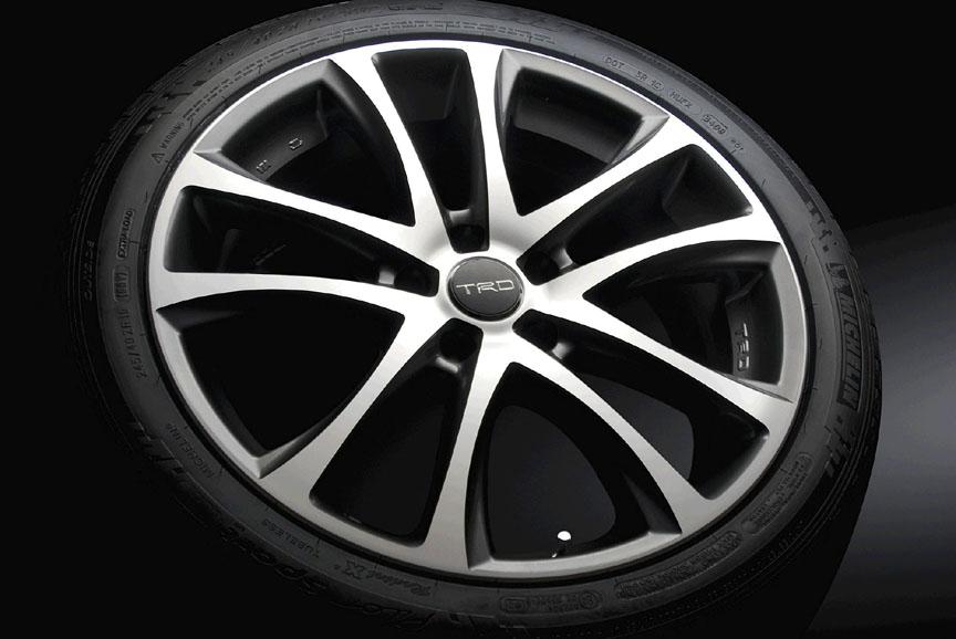 「マークX専用 19インチアルミホイール&タイヤセット」。ミシュランタイヤ「Pilot Sport PS2」が組み合わせられ、センターキャップとホイールナットが付属する。ホイールサイズは19×8.0Jで、タイヤサイズは245/40 R19。カラーはシャイニングカット(写真左)とミッドナイトグレーメタリック(写真右)。2WD車に適合。1台分で37万8000円