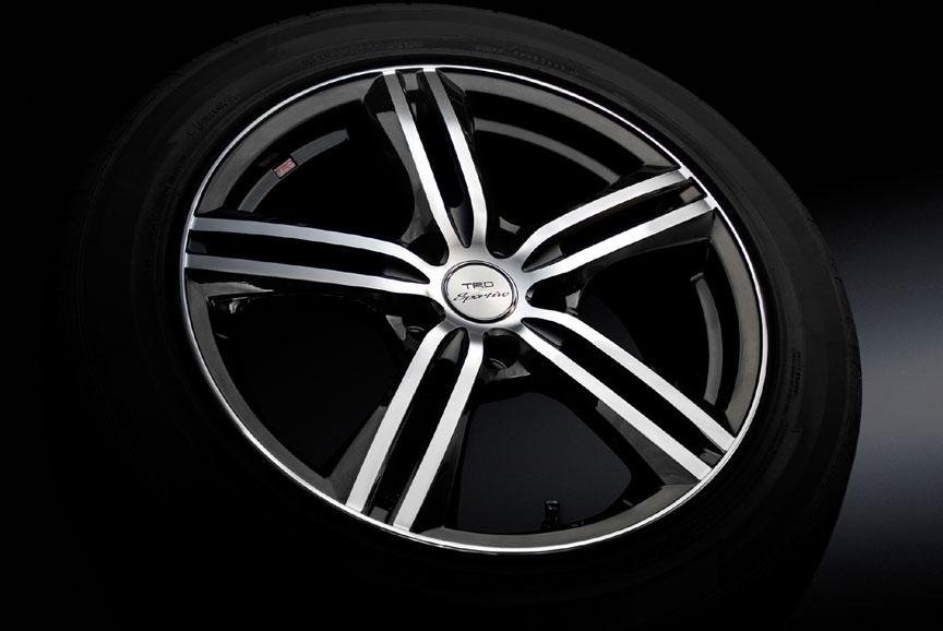 「18インチアルミホイール&タイヤセット」。「TRD SP5」にグッドイヤー「EAGLE LS2000HybridII」タイヤが組み合わせられ、センターキャップとホイールナットが付属する。ホイールサイズは18×8.0JJで、タイヤサイズは245/45 R18。2WD車に適合。1台分で23万1000円
