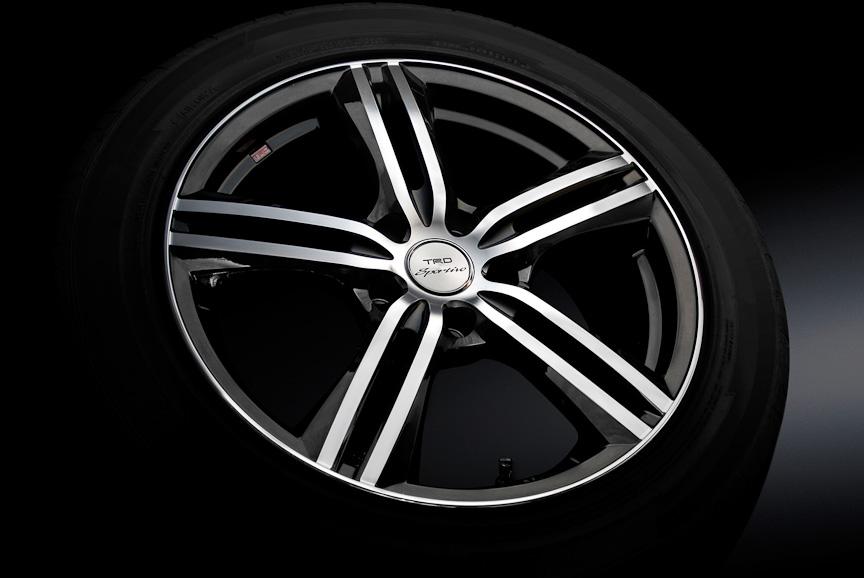 """17インチアルミホイール&タイヤセット。「SP5」(17×7.0J)とグッドイヤー「EAGLE LS2000 HybridⅡ」(215/50 R17)のセット。SおよびS""""ASパッケージ""""に適合し、価格は4万4100円/本"""