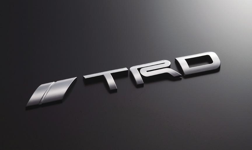 TRDエンブレム(ロゴタイプ)は、ABS樹脂製で、クロームメッキ仕上げ。サイズは171×24mm(幅×高さ)。価格は1万500円