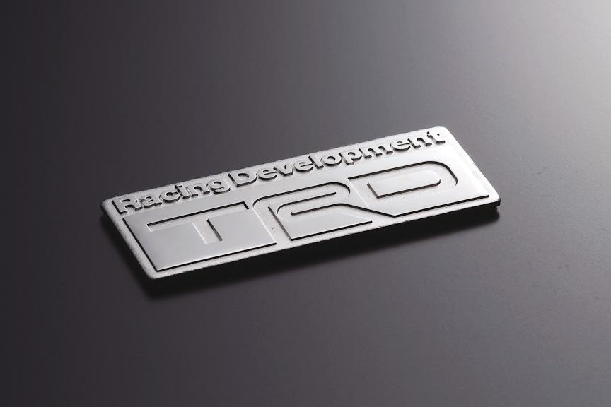 「TRDエンブレム(Bタイプ)」は、真鍮製のロジュームメッキ仕上げ。サイズは70×26mm(幅×高さ)。価格は5460円
