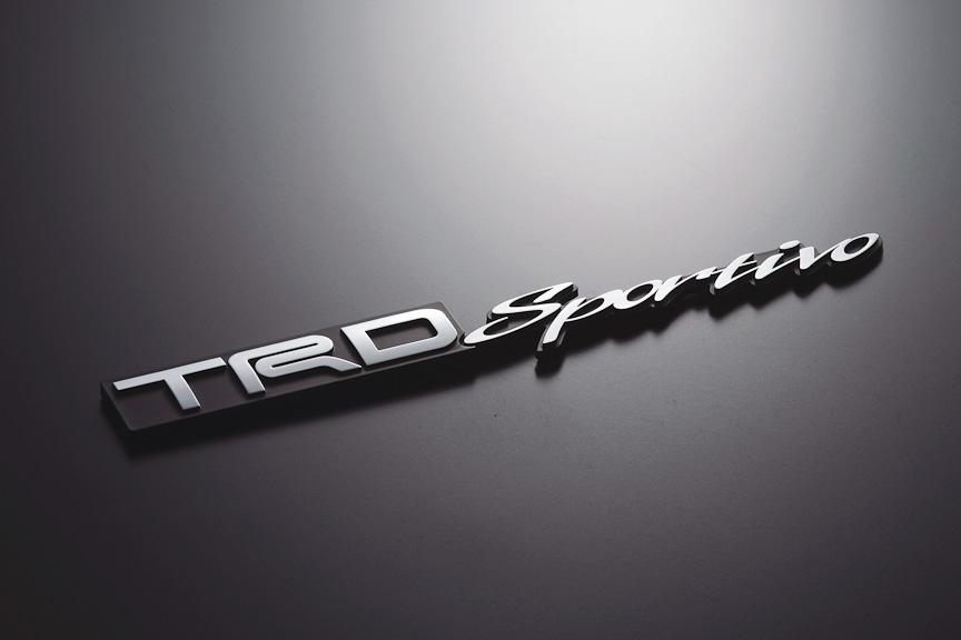 「TRDエンブレム(TRD Sportivo)は、ABS樹脂製で、クロームメッキ仕上げ。サイズは164×23mm(幅×高さ)。価格は4935円