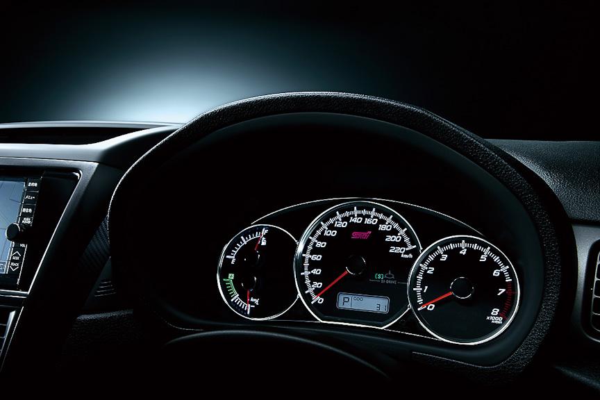 STIロゴ入りで220km/h表示の専用エレクトロルミネセントメーター