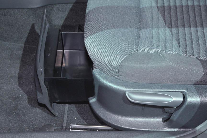 3つのカップホルダー、前席のアンダートレー、1リットルのペットボトルが入るドアポケット、エアコン送風口や各種ホルダーが装備されたグローブボックスなど、車室内の収納にもこだわった