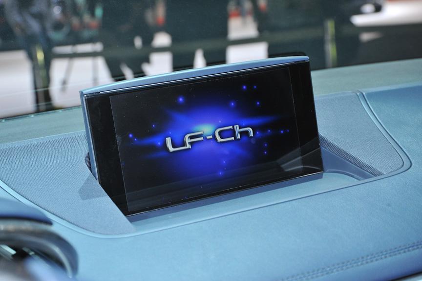 リモートタッチ、インフォテインメントシステム、パワーシートなどプレミアムコンパクトらしい装備に、2眼メーター、Dシェイプステアリングホイール、シフトパドルなどスポーティーな演出もされている