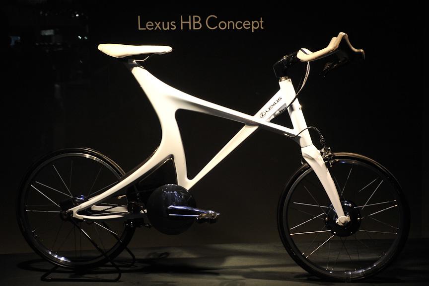 レクサスブースにあったスポーティーなハイブリッド自転車のコンセプトモデル。開発したのはヤマハで、ヤマハのブースには色違いモデルが展示されている