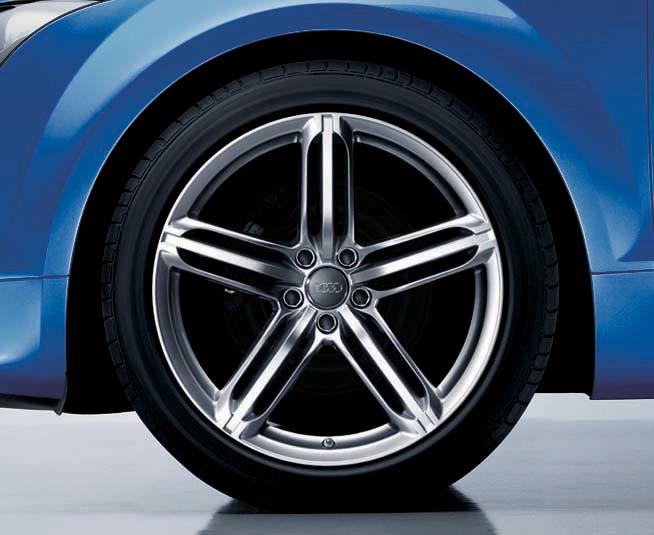 ホイールは専用の19インチ。タイヤサイズは255/35 R19