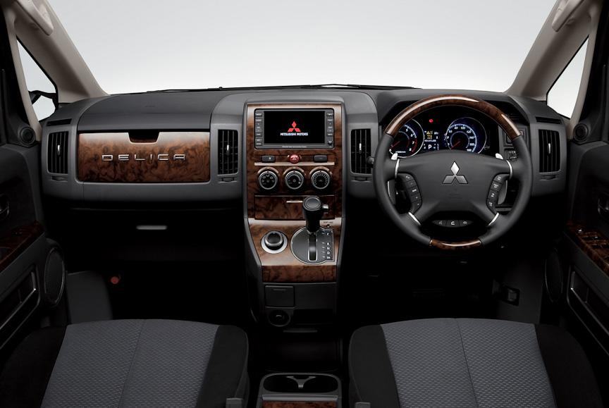 シャモニーは、本木目&本革巻ステアリングホイールのほか、センターパネルやアッパーグローブボックスなどに木目調パネルを用いる。後席にはDVD内蔵後席9インチワイド液晶ディスプレイを装着