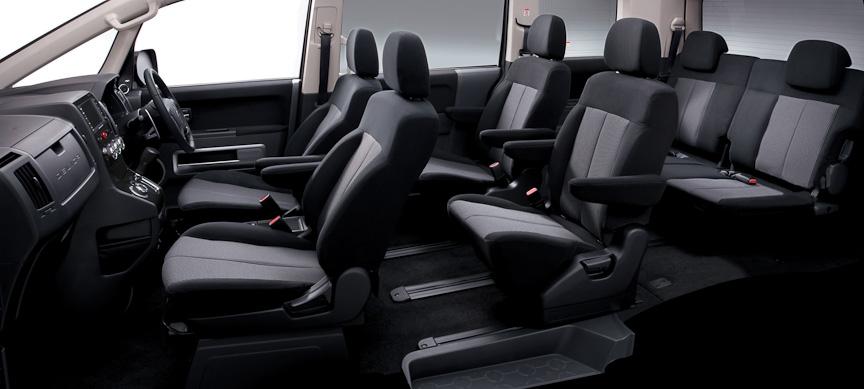 ROADESTは室内を黒で統一し、黒調ヘアラインのセンターパネルを装着。エアコンコントロールダイヤルやドライブモードセレクトダイヤルにはメッキ加飾が施され、質感も向上している