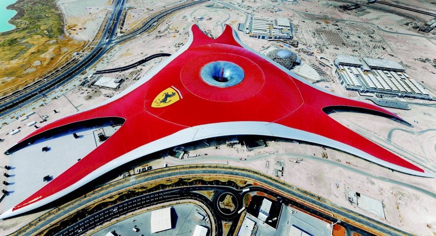広大な屋根上には、フェラーリ史上最大のロゴ