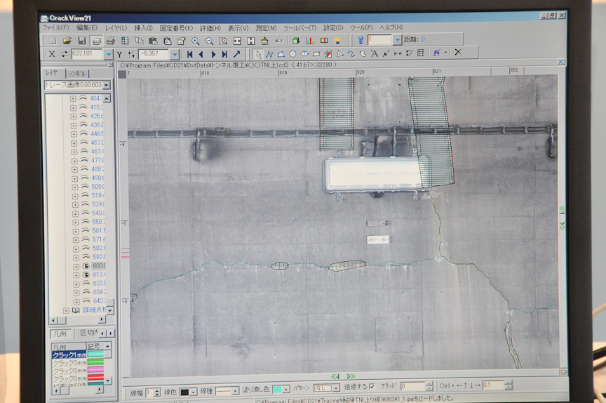 NEXCO西日本の「ひび割れ検出システム」。CCDビデオカメラを搭載したトラックを走らせ、トンネル内壁などコンクリート構造物を撮影。パソコン上で画像をチェックして、ひび割れなどを目視でチェックしていく。60km/hで走行しつつ撮影可能なため、従来より短時間でデータの蓄積ができる。ハイビジョンカメラを用いた80km/h走行システムの解説も行われていた