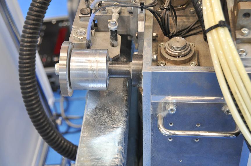 自走機械はガードレールをガイドレールとして用い、ガードレールとの間隔を調整することで、つなぎ目を乗り越えて作業を行える