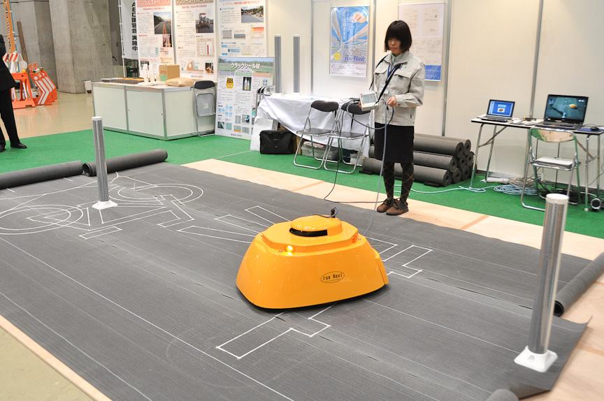 開発・設計をアクトが、製造を技工社が、販売をニッポリースが行う路面描画装置「rue-Navi(ヒューナビ)」。道路標示のケガキ(下書き)作業を自動化するロボット。標示データをユニットに送り込み、後は自動でケガいてくれる