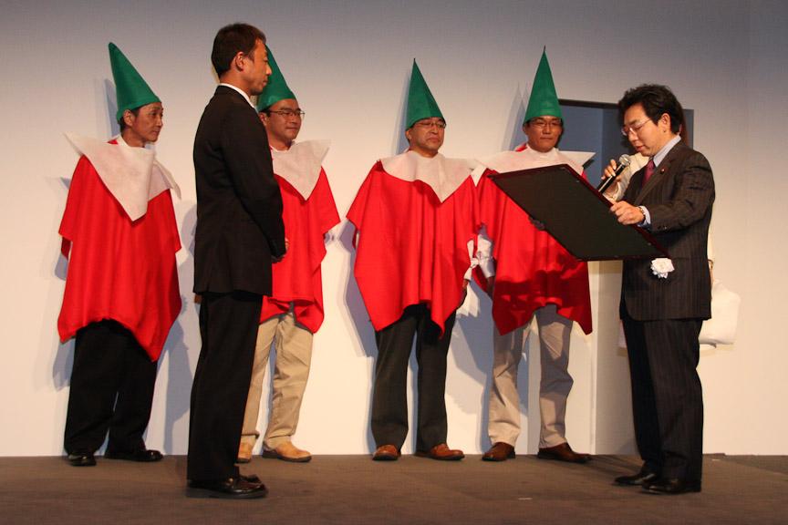 経済産業大臣政務官 近藤洋介氏(右)より賞状を授与するワークビジョンズの西村浩氏(左)