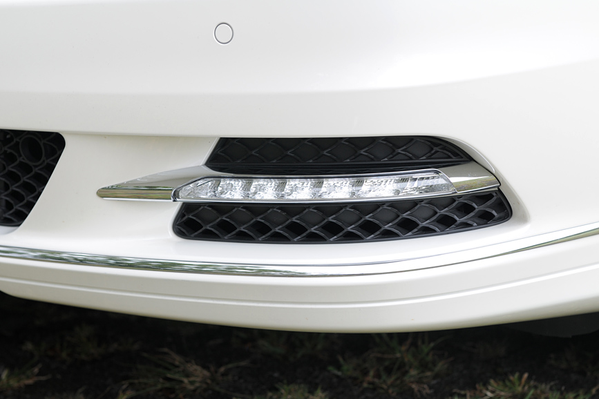 フロントバンパー開口部に装備されるLEDドライビングライト