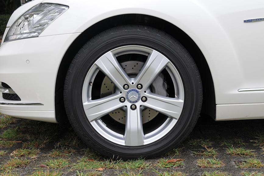タイヤサイズは255/45 R18。5本スポークのホイールを装着
