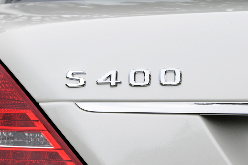 車名には使われていないが、トランクリッドに「S400」のロゴ