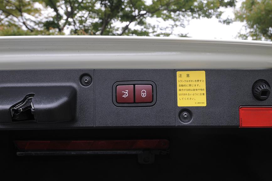 トランクリッドの縁にトランクを電動で閉じるスイッチを装備