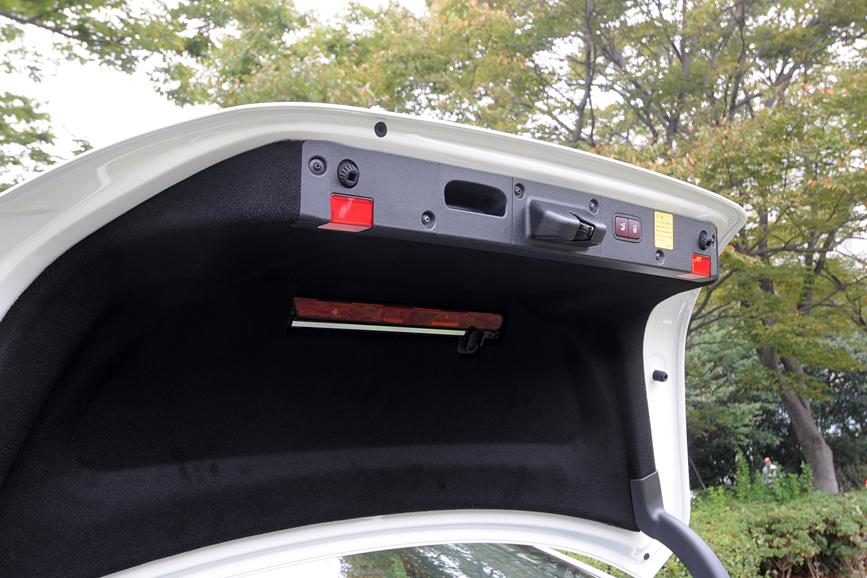 トランクの照明は後方へ存在を知らせる赤ランプにもなっている