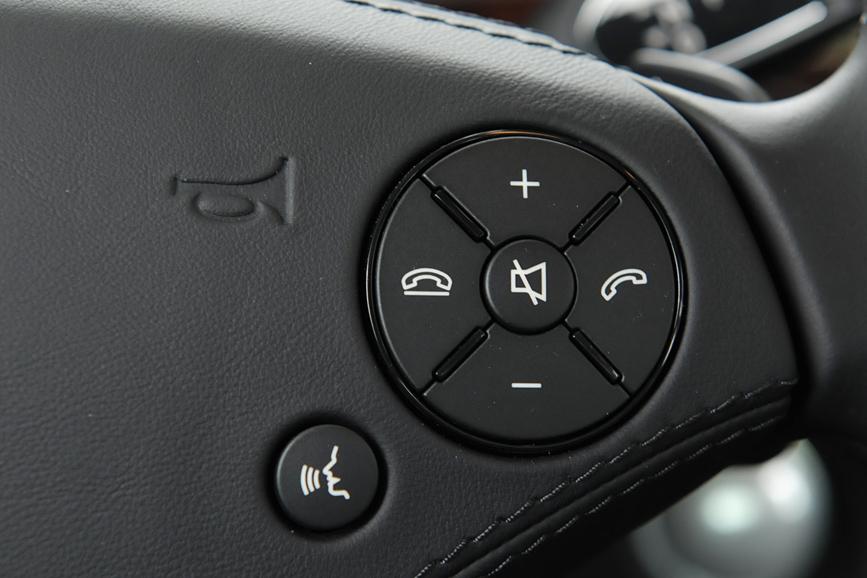 ハンドル右スイッチはボリューム調節と、電話に使用する。左下に見えるのは音声認識開始ボタン