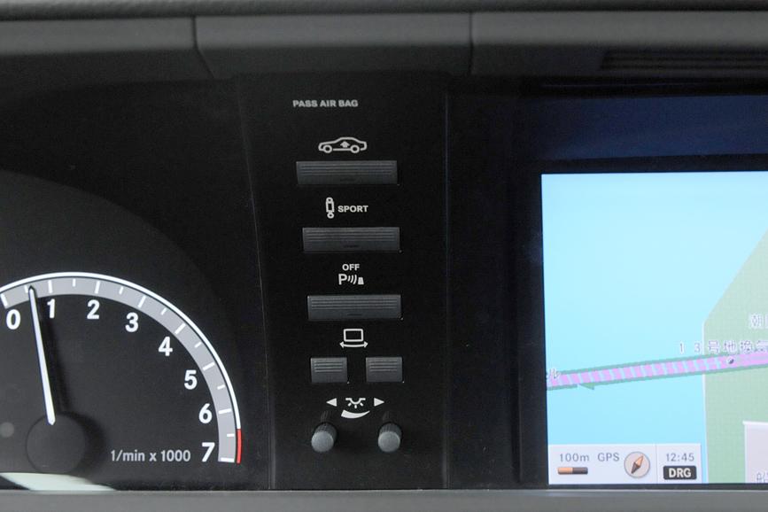 メーターパネル右側にはAIRマチックサスペンションなどの操作ボタンが置かれている