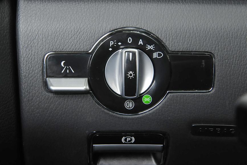 ダッシュボード左脇に置かれたヘッドライトのスイッチ