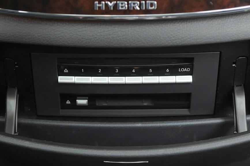 CDやDVDを6枚装填できるチェンジャーの操作部