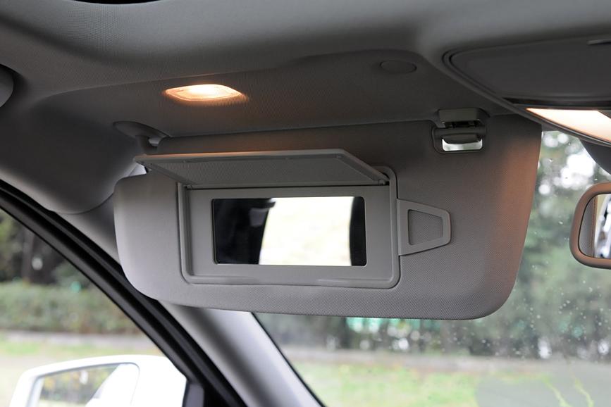 サンバイザーにはミラーと照明を装備