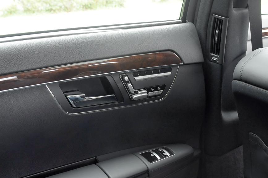 後席にもパワーシートが用意される。位置を3通りメモリーする