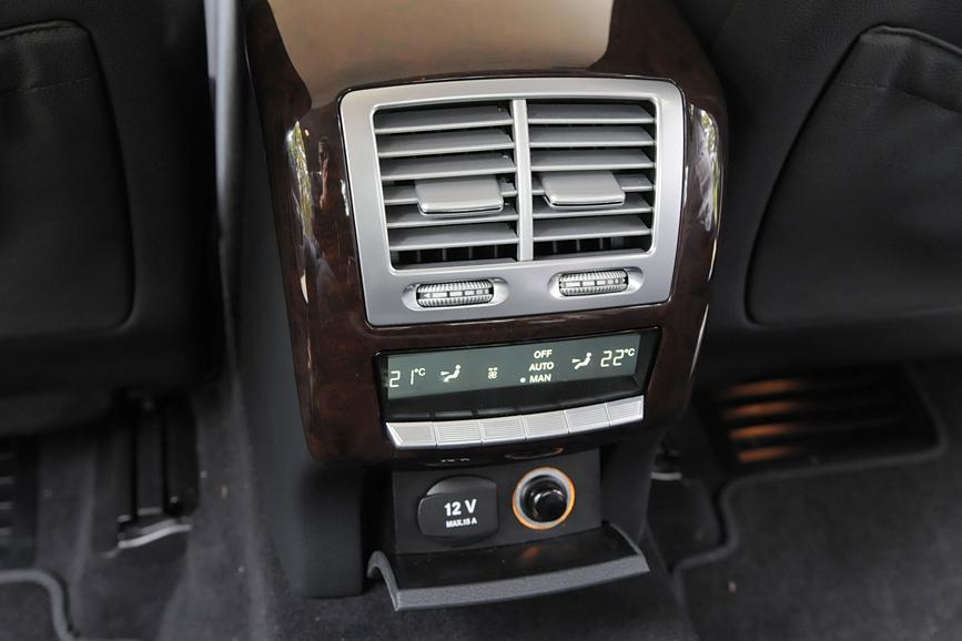 後席用の空調装置。左右独立して温度と風量が設定できる