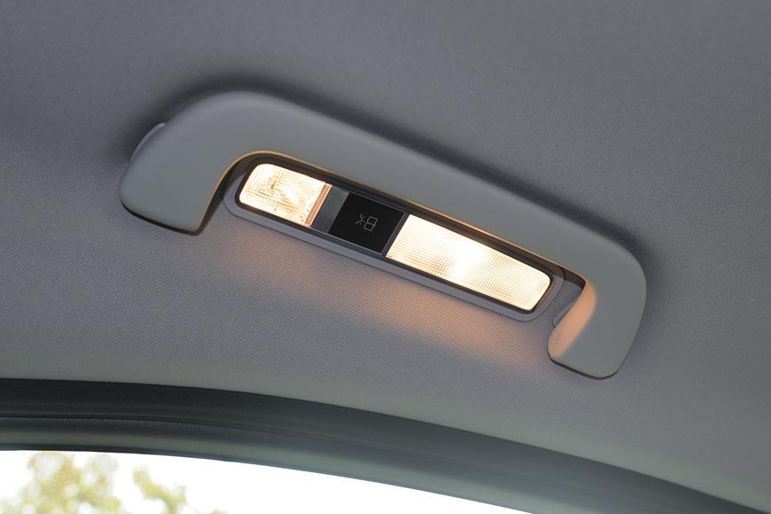 ルーフのグリップ部分には後席用の照明を備える
