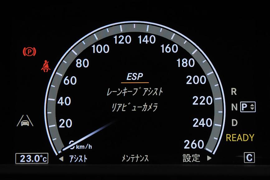 メーター部はマルチファンクションディスプレイになっており、速度表示以外にも、クルマの各種状態表示、ナビゲーションのルート表示、COMANDシステム(オーディオなどの操作機能)の操作表示なども行う