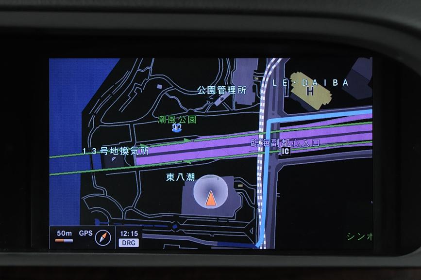 ダッシュボード中央の8インチワイドディスプレイ。ナビゲーション表示やラジオなどの表示はもちろん、クルマの各種状態をグラフィックに表示する