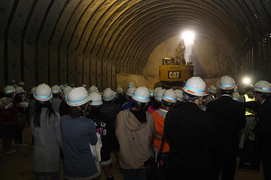 地元小学生の見守る中、トンネルが貫通した。人数の関係で貫通の瞬間は6年生のみが見学。その後4年生や5年生も入れ替わりで見学した