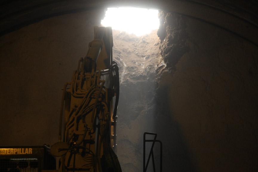 最後に穴を開けたのは、掘削作業中に崩れないようあらかじめ固めておいた土だが、巨大な重機の手にかかればあっという間に穴が開いてしまう。右の写真がブレーカーの先端部分