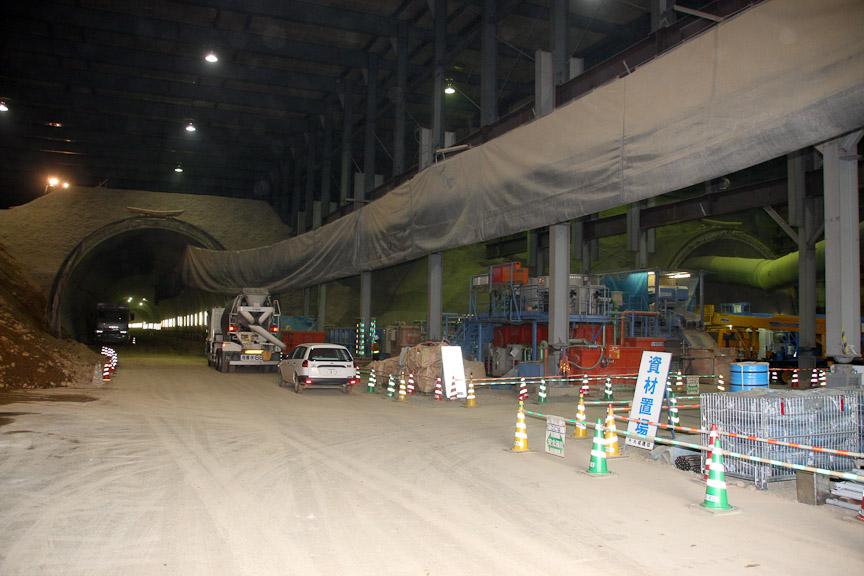 トンネルの入り口部。左が上り線で右が下り線
