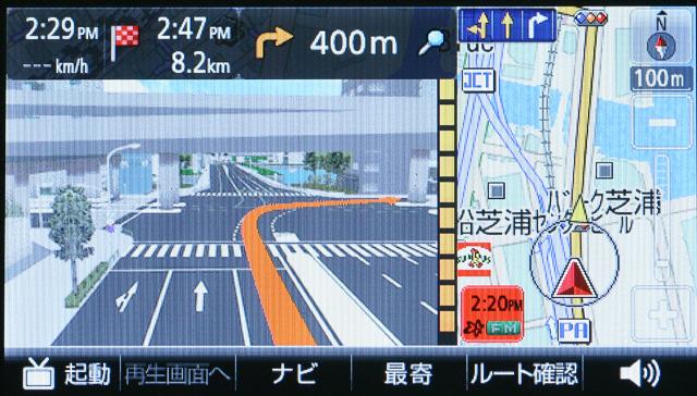 おなじみの3D交差点拡大図。交差点名は音声ではガイドされるのに画面上では表示されなくなる
